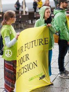 "Jugendliche von Greenpeace Trier mit einem Transparent ""Our Future is Your Decision"""