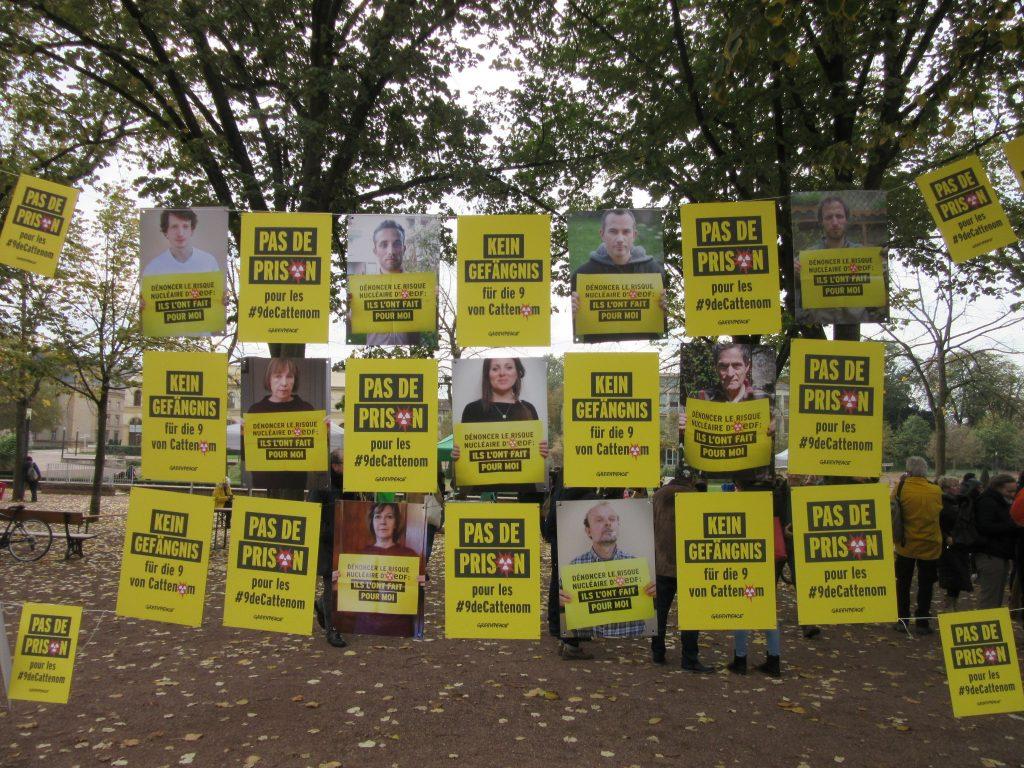 Plakate vor dem Gericht