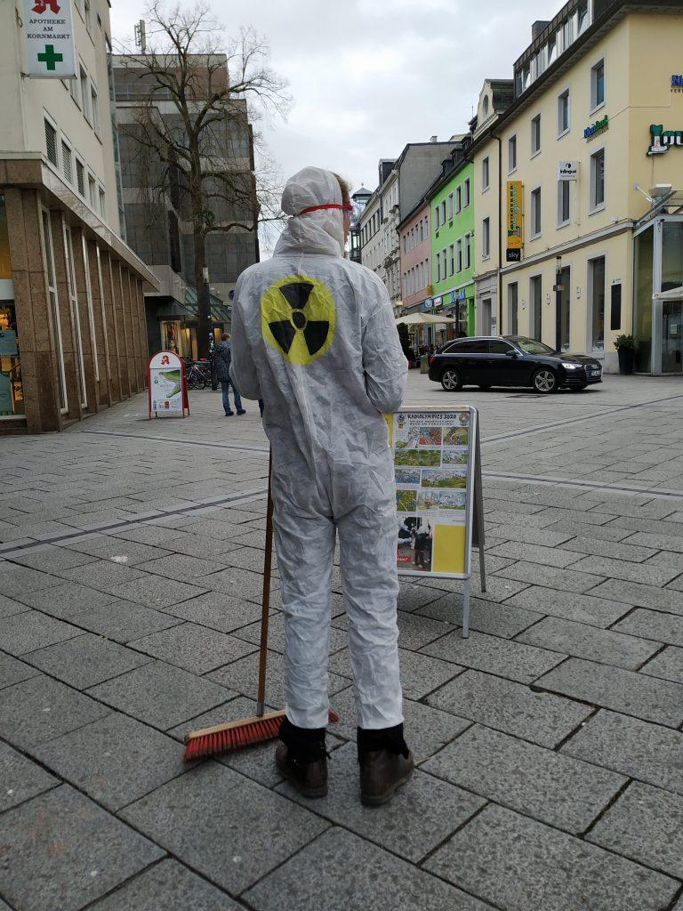 """Ein """"Atomtechniker"""" vom Straßentheater Trier mit Besen."""