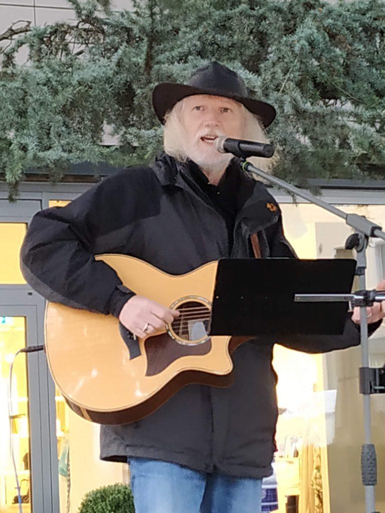 Liedermacher Jürgen Trunczik mit Gitarre sing thematisch passende Lieder.