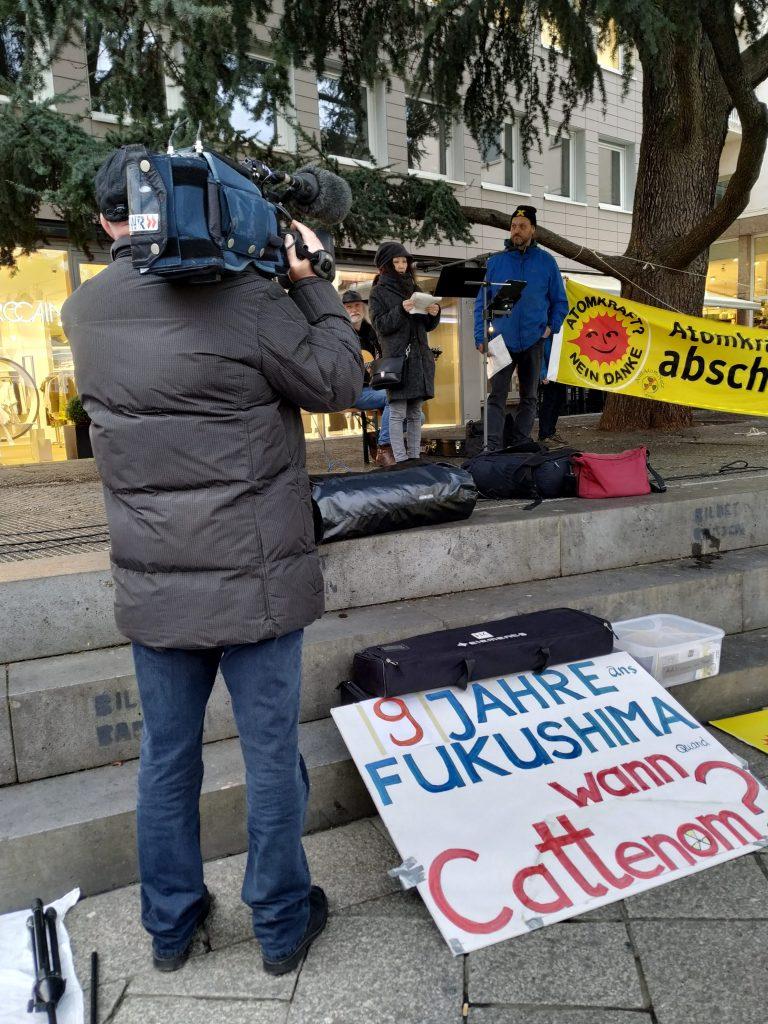 Ein Kameramann des SWR filmt die Japanerin Yu Kajikawa von Sayonara Nukes Berlin bei ihrer Rede.
