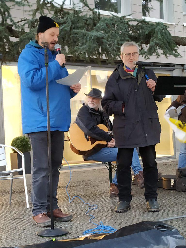 Markus Pflüger interviewt den Altbürgermeister von Neunkirchen im Hunsrück Richard Pestemer.