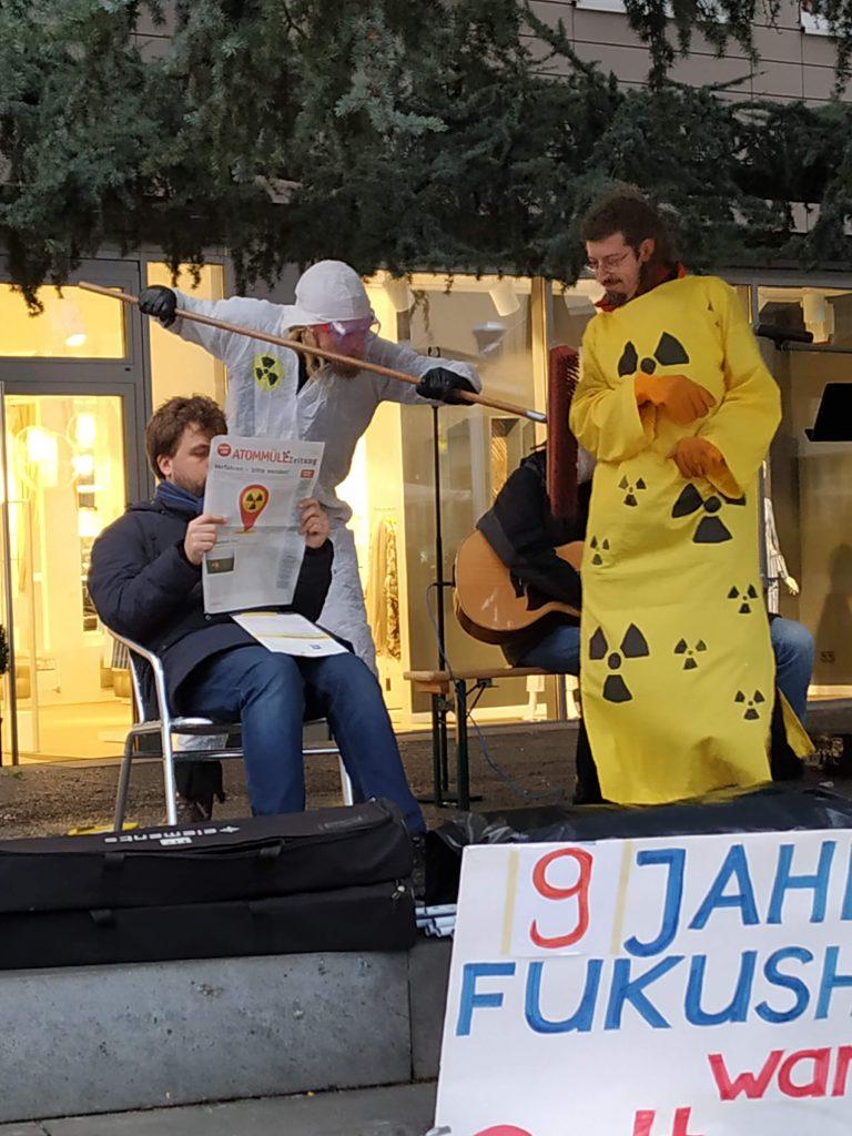 Das Straßentheater Trier führt ein Stück ohne Text auf, bei dem ein Atomtechniker versucht, ein Brennelement unschädlich zu machen, das aber einen Menschen tötet.