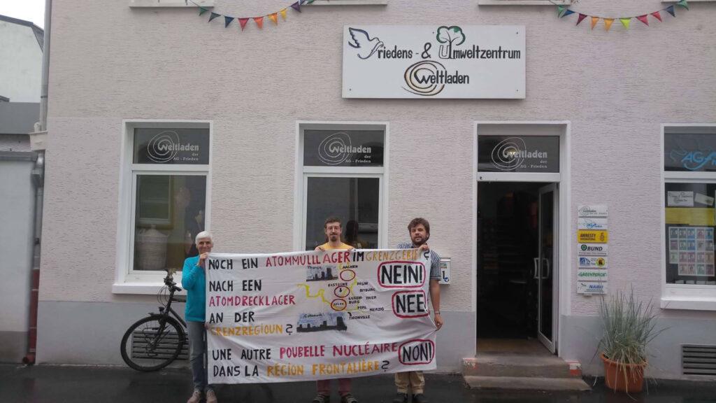 Mitglieder des Anti-Atom-Netz Trier halten vor dem Trierer Friedens- und Umweltzentrum das selbst erstellte Transparent gegen das geplante belgische Atommüllendlager hoch.